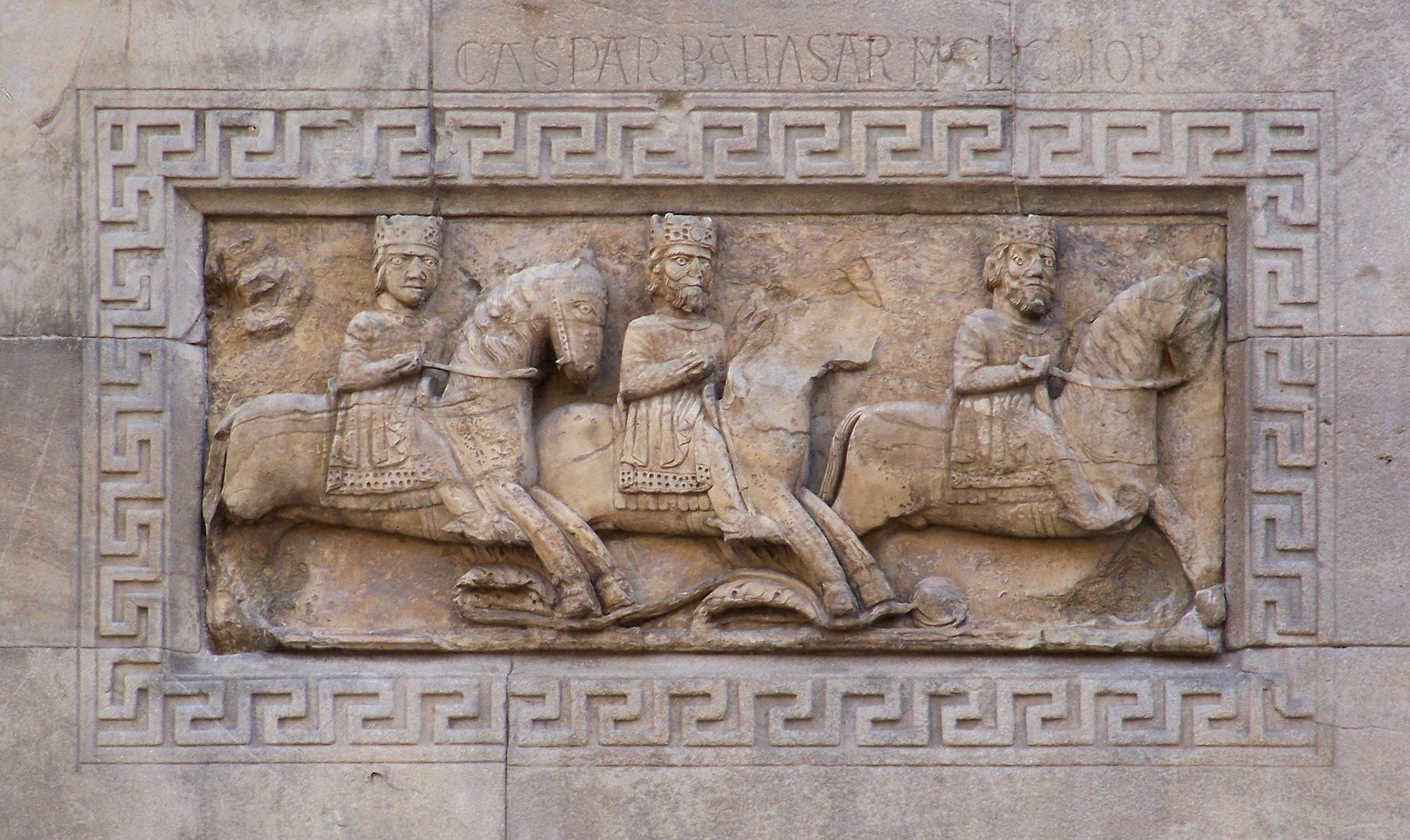 I Re Magi in viaggio scolpiti nella facciata del Duomo di Fidenza; sopra al bassorilievo i tre nomi: Caspar, Baltasar e Melchior.